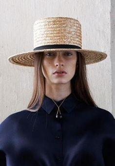 クラシックでシンプルなデザインのカンカン帽、もともとはメンズアイテムで、夏の正装として被られていた帽子です。ヨーロッパの男の子が被っている、制服の帽子のイメージもありますね。  クラシックに? カジュアルに? カンカン帽の素敵な着こなし集めました
