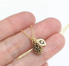 Tiny Pine Cone necklace Personalized necklace door ElliesButton