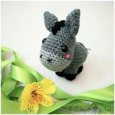 Asinello portachiavi #asino #asinello #donkey #amigurumi #handmade #crochet #fattoamano #uncinetto #portachiavi #keyring #ganchillo #lana #wool