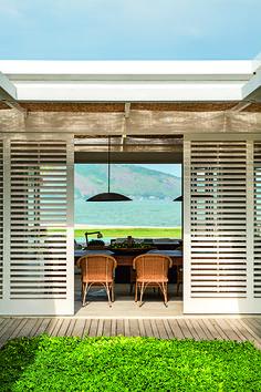 Conheça a casa em Mangaratiba assinada pela arquiteta Lia Siqueira - Casa Outdoor Rooms, Outdoor Living, Outdoor Decor, Modern Shutters, House Windows, Coastal Living, Interior And Exterior, Beach House, Backyard