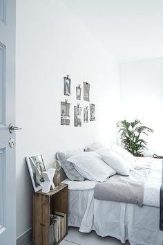 décor naturel : table de nuit récupération boîte en bois, linge de lit en coton et lin