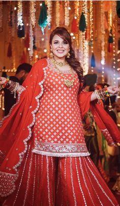 Mehendi Outfits, Indian Bridal Outfits, Pakistani Bridal Dresses, Indian Dresses, Velvet Pakistani Dress, Plus Size Lehenga, Lehenga Color Combinations, Choli Blouse Design, Designer Party Wear Dresses