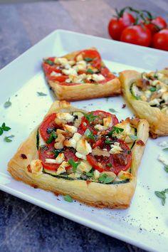 Feierabendküche: Eine schnelle leckere Tomaten-Zucchini-Blätterteig-Tartelettes mit Feta. Ruckzuck fertig!
