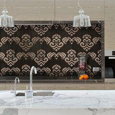 Ornamenttikuvioitu välitila on keittiön näyttävin yksityiskohta. Mosaiikki: LPC Tessuti │ Laattapiste