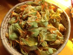 La flor de calabaza de ayer para las quesadillas del comal