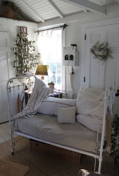 Love the Vintage cottage look of this iron crib used as a settee. Like the one at Wildwood Antiques Mall in Melbourne, FL Antique Crib, Antique Iron Beds, Vintage Crib, Wrought Iron Beds, Antique Daybed, Antique Clocks, Iron Crib, White Decor, Baby Cribs