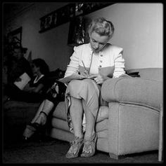 """12 Mars 1950 / Marilyn aux """"Players ring"""" pour des auditions et dans sa chambre du """"Beverly Carlton Hotel"""", avec son chihuahua Josefa."""