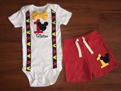 Cumpleaños Mickey Mouse traje con tirantes por TwoSistersTshirts