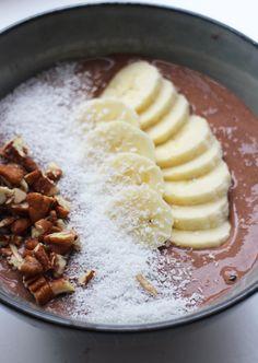 Deze chocolade-smoothiebowl is het ideale maaltje voor na het sporten, maar ook als verwenontbijt. Voeg proteïnepoeder toe voor extra eiwitten en maak het eventueel de avond van tevoren. Tip: wil je de smoothie bowl liever drinken? Vervang dan een deel van de kwark door melk. Ook lekker: gebruik bevroren bananen. Breek de banaan in stukken … Health Breakfast, Breakfast Bowls, Breakfast Recipes, Dinner Recipes, Quick Healthy Meals, Healthy Snacks, Healthy Diners, Food Goals, Wraps