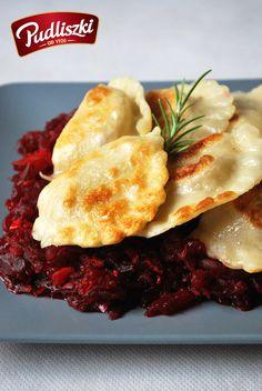 Pierogi z kapustą i grzybami na sałatce z buraków.  #pudliszki #przepis #wegetariańskie #kapusta #buraki #sałatka #grzyby