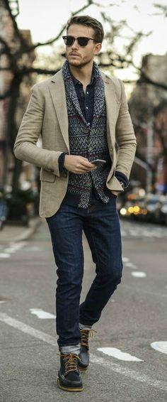 Trendbewusste Kombination aus sandfarbenem Sakko über Denimhemd und Cardigan mit Jaquardmuster.