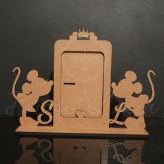 Porta Retrato Mickey e Minnie Personalizado (Opções de cores dentro do anuncio) Wooden Art, Wooden Crafts, Diy And Crafts, Laser Cut Wood, Laser Cutting, Partition Design, Easy Watercolor, Scroll Saw, Minnie