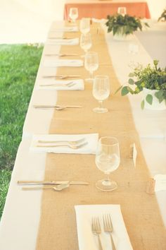 Love this simple burlap table runner for an outdoor wedding! Photo by Chris D. #MinneapolisWeddingPhotographers