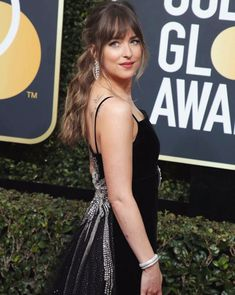 Dakota Johnson and Chris Martin reportedly get close at fashion event. Dakota Johnson and Chris Martin got close Tuesday at a star-studded fashion event. Fringe Hairstyles, Formal Hairstyles, Hairstyles With Bangs, Wedding Hairstyles, Dakota Johnson Stil, Dakota Mayi Johnson, Chris Martin, Hair Inspo, Hair Inspiration
