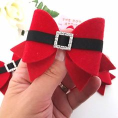 Christmas Santa Hair Bow A beautiful Christmas hair bow, made from a soft, felt backed, suede fabric and finished with black grosgrain ribbon and a sparkly buckle to replicate Santas suit! The bow measures x Finish: Choose from a sturdy, stainl Red & Blac Handmade Hair Bows, Diy Hair Bows, Diy Bow, Felt Hair Bows, Deco Table Noel, Christmas Crafts, Christmas Decorations, Bow Template, Hair Bow Tutorial