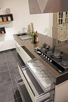 Cocinas de estilo moderno por Ada Ahşap https://www.homify.com.mx/libros_de_ideas/2682193/13-ideas-geniales-para-ahorrar-espacio-y-dinero-en-tu-cocina