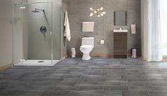 Un piso en tonos oscuros y un colgante contemporáneo pueden llenar tu baño de elegancia.