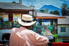 #Versalles, un pueblo que pinta su historia de paz #ValledelCauca #Colombia Panama Hat, Cowboy Hats, Versailles, Peace, Colombia, Historia, Pictures, Panama