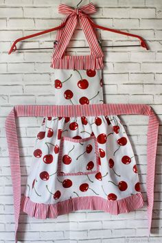 Sewing Aprons, Sewing Clothes, Diy Clothes, Apron Pattern Free, Sewing Patterns Free, Sewing Ruffles, Crochet Slipper Pattern, Cute Aprons, Small Sewing Projects