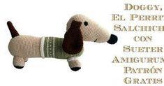 Perrito salchicha amigurumi con sueter de cuello alto para enfrentarse al frío invernal.