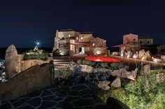 «Il Faro» im Norden Sardiniens zählt zum Spätwerk des im Juni 2020 verstorbenen Architekten Savin Couëlle, der die Villa zu Beginn des Jahrtausends für sich selbst entwarf. Juni, Mansions, House Styles, Interior, Home Decor, Holiday Resort, Triangle Shape, Organic Shapes, Sardinia