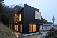"""See the Asian house that is decidedly """"un-Asian"""", yet still boasts splendid layouts, terrific materials, and stylish aesthetic quality. Tiny Container House, Asian House, Small Modern Home, Narrow House, Space Architecture, Facade House, House Rooms, Exterior Design, Custom Homes"""