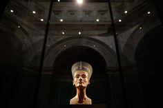 1912年に発見されたネフェルティティの胸像は、エジプト古代遺物の象徴的存在のひ...