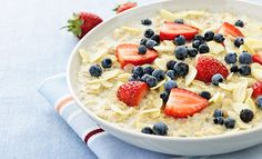 Dit simpele recept voor overnight oats van Fit Girl Annegeke zijn een schot in de roos. Maak het 's avonds en geniet 's ochtends van een heerlijk ontbijt!