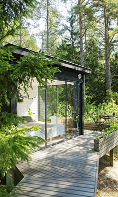Cozy garden summer house homebase for your home Insulated Garden Room, Garden Office, Cabins In The Woods, Jacuzzi, Cabana, Exterior Design, Bungalow, Beautiful Homes, Architecture Design
