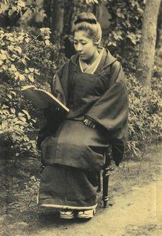 幼少時は読書を禁じられていたため、結婚後に寝る間を惜しんで読書や経営を学んだという広岡浅子=撮影時期不明(大同生命保険提供)