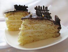 Торт Молочная девочка - нежный, простой в приготовлении торт со сгущенкой и сливками.