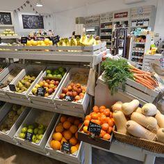 Bulk Bin Shelving Combinations for Grocery Store. Bakery Displays, modular rustic shopfitting in Food Halls & local shops Zerowaste UK. Produce Displays, Fruit Displays, Rustic Coffee Shop, Fruit And Veg Shop, Vegetable Rack, Vegetable Packaging, Health Food Shops, Bakery Display, Supermarket Design