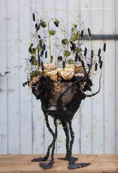 """Charline Pritscaloff présente """"les pattes de la passoire à pâtes"""", noires et aluminium pour égoutter des nicandras physaloïdes, roses métallines, oeillets panachés, du houblon, des baies de poivre noir et groseilles. Création extraite du Carnet d'Idées #Interflora ! #artfloral #fleurs"""