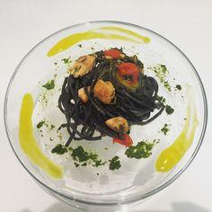 Tagliolini al nero di seppia con ragù di ricciola, bietoline, crema di basilico e salsa ai pistilli di zafferano.