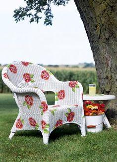 Renove os móveis do seu jardim.  Pode-se fazer as rosas com stencil.