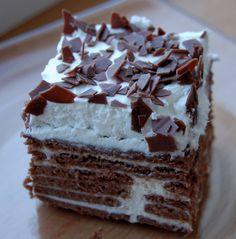 Trojboj: 3 balíky kakaových BEBE keksov, 3 vanilkové cukre, 3 pochúťkové smotany. Cukre rozpustíte v smotane, pridala som aj jeden biely jogurt. Potom už len ukladáte keksy, natierate smotanou. Na vrch som pridala šľahačku a čokoládové kúsky (Lidl).