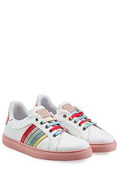 Frisch und verspielt, ganz im Stile von RED Valentino, kommen die Sneakers aus Leder daher - mit Streifen in Regenbogen-Farben, bunten Schnürsenkeln und einer poppigen Applikation an der Ferse #Stylebop