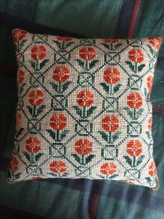 Cross Stitch Cushion, Cross Stitch Rose, Simple Cross Stitch, Cross Stitch Flowers, Easy Sewing Patterns, Crochet Stitches Patterns, Embroidery Patterns, Cushion Embroidery, Hand Embroidery