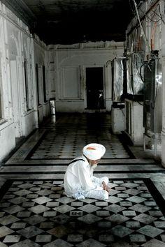 In thought & meditation....elderly Sikh       Amritsar, Punjab, INDIA