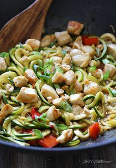 Kung Pao Chicken Zoodles For Two – I swapped the noodles with zucchini noodles and the results were fantastic! (under 300 calories). Ww Recipes, Asian Recipes, Low Carb Recipes, Dinner Recipes, Cooking Recipes, Healthy Recipes, Ethnic Recipes, Protein Recipes, Healthy Meals