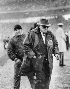 A happy George Halas after the Bears won the NFL title at Wrigley ( Chicago Tribune archive photo / May 2012 ) aka Papa Bear Nfl Chicago Bears, Bears Football, Football Team, School Football, Football Stuff, Vince Lombardi, Nfl Championships, Bear Photos, Wrigley Field