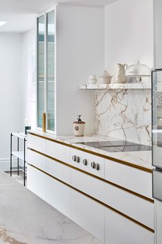 Finding the balance between mixing materials to create interest and depth with a space, or matching details to tie a space together can be the thing that makes or breaks a scheme. In this Blakes London kitchen draw recesses, bespoke handles, taps have all been custom colour matched to create a calming aesthetic. Luxury Living Room Design, Kitchen Design Small, Parisian Kitchen, Contemporary Interior, Apartment Design, Kitchen Room Design, London Kitchen, Kitchen Inspiration Modern, Kitchen Furniture Design