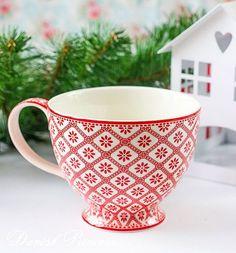 Доброе утро!!❄ Вы, наверное, уже заметили какое разнообразие чашек в этой зимней коллекции! Например, эта красивая большая чашка подойдет даже мужчине!  Она как-будто связана спицами как уютный свитер!