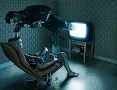 """[10]  Sayısal yayınların başlamasına kadar televizyon izleyicisi sadece alıcı durumunda idi. Sayısal yayınlar sayesinde kullanıcının etkileşime geçmesi süreci başladı. İzleyicilerin sürekli alıcı olması, televizyonun kolay ulaşılabilir bir """"kaynak"""" olması, kullanılan etkili görsel ve işitsel öğelerle etkisinin yüksek olması, birçok aydının televizyona soğuk bakmasına neden oldu. Ancak toplumda psikolojik etkisi  oluşmuş ve televizyon bağımlılığı olarak tabir edilen bir rahatsızlık ortaya…"""