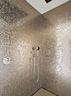 #mirror #mosaic | RTL Woonmagazine - badkamer