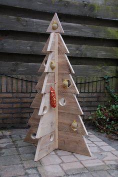 Een houten kerstboom zelf maken kan aan het begin van de kerstvakantie een nuttige en gezellige activiteit zijn samen met..