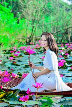 Chinese Beauties and Lotus Flowers. Amazingly dressed in Chinese Style to match the beauty of the Lotus Flower. Stunning backdrops and colours. Posted by Sifu Derek Frearson Vietnamese Traditional Dress, Vietnamese Dress, Traditional Dresses, Beauty Art, Beauty Women, Vietnam Girl, Oriental Fashion, Beautiful Asian Girls, Simply Beautiful