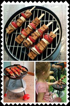 Gezonde  zomerse barbeceu traktatie. Spiesen met kruidkoek, aardbei, banaan en chocolade grill strepen @handmadebylenicka