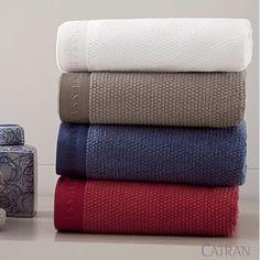 Jogo de Banho Maggiore - Trussardi. As toalhas são feitas com tecnologia Extra Cotone de fios sem torção, que preserva a delicadeza natural do algodão.
