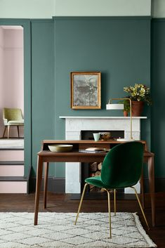 Wandgestaltung: grüne Wände Modern classic study with open fireplace and wooden secretary. Peinture Little Greene, Little Greene Paint, Modern Victorian, Victorian Decor, Victorian House, Green Rooms, Green Walls, Green Wall Color, Green Living Room Walls